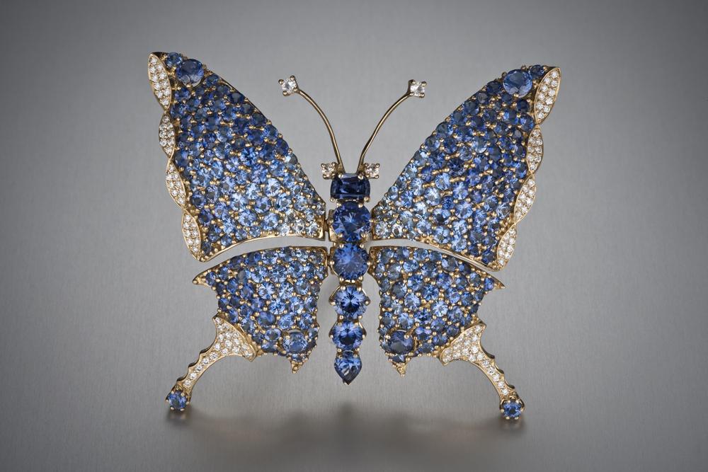Бабочка-брошь с бенитоитом